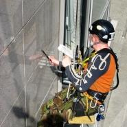 Czyszczenie elewacji technikami alpinistycznymi