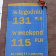 alpiniści montują reklame