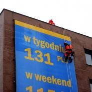 alpinistyczny montaż reklamy wielkoformatowej